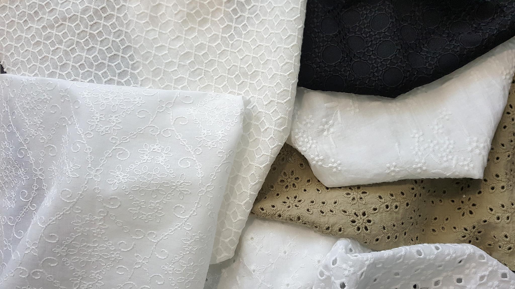 Pamuk  ve viskon kumaşlarımıza pamuk iplik ile işlenmiş brode kumaşlarımız, Polyester iplik versiyonları da mevcuttur
